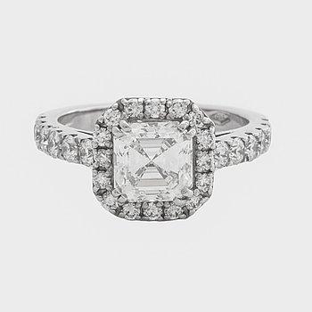 RING 18K vitguld m 1 smaragdslipad diamant 2.05 ct ca I-J VVS samt briljanter 0,95 totalt, enligt gravyr.