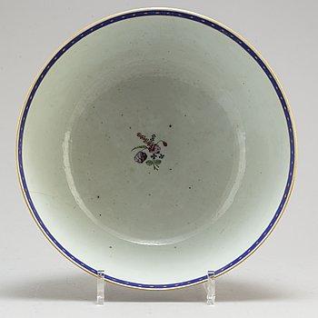 A CHINESE PORCELAIN PUNCH BOWL, Qianlong 1736-1795.