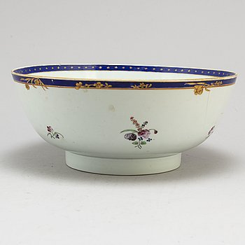 A CHINESE PORCELAIN PUNCH BOWL, Qianlong 1736-1795.