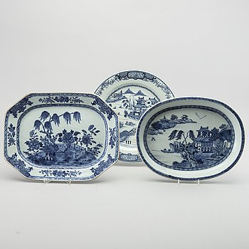 A set of three Qianlong blue and white porcelain plates.