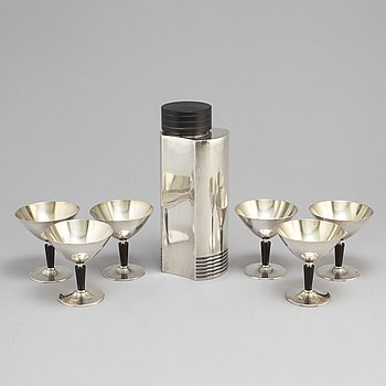A 1930s /40s Folke Arström shaker and six glasses.