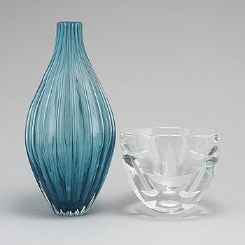 A glas bowl by Göran Wärff and a glass vase by Anne Wåhlström Kosta Boda, late 20th century.