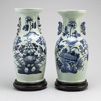 VASER, två stycken, porslin. Qingdynastin, 1800-tal.