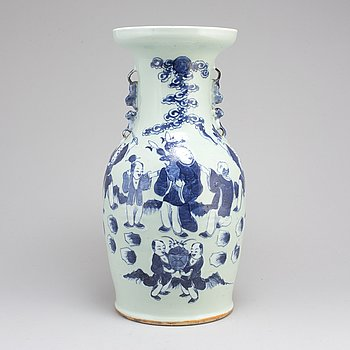 A blue and white vase, Qing dynsty, circa 1900.
