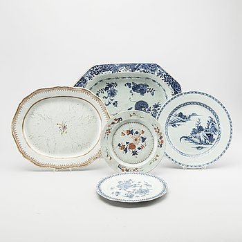 TWO CHINESE SERVING DISHES AND THREE PLAETS, PORCELAIN QINALONG.