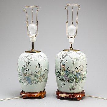 BORDSLAMPOR, två stycken,  porslin. Kina, 1900-tal.