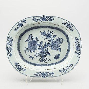 A Chinese Qianlong porcelain plate.