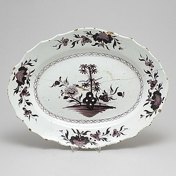 A large faiance serving dish, 18th century.