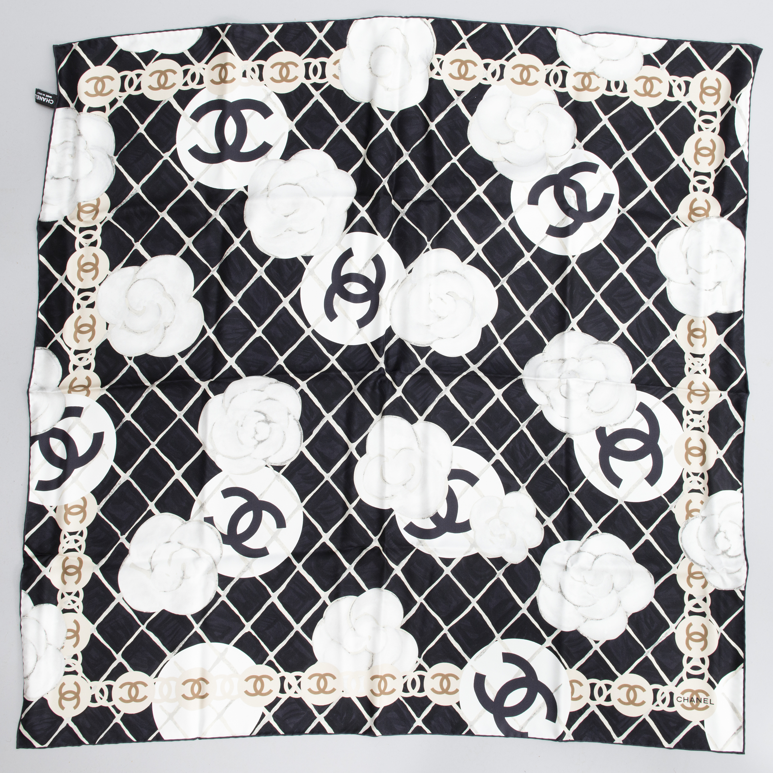 bc76491f CHANEL Silk Scarf with A Pair of Earrings. - Bukowskis