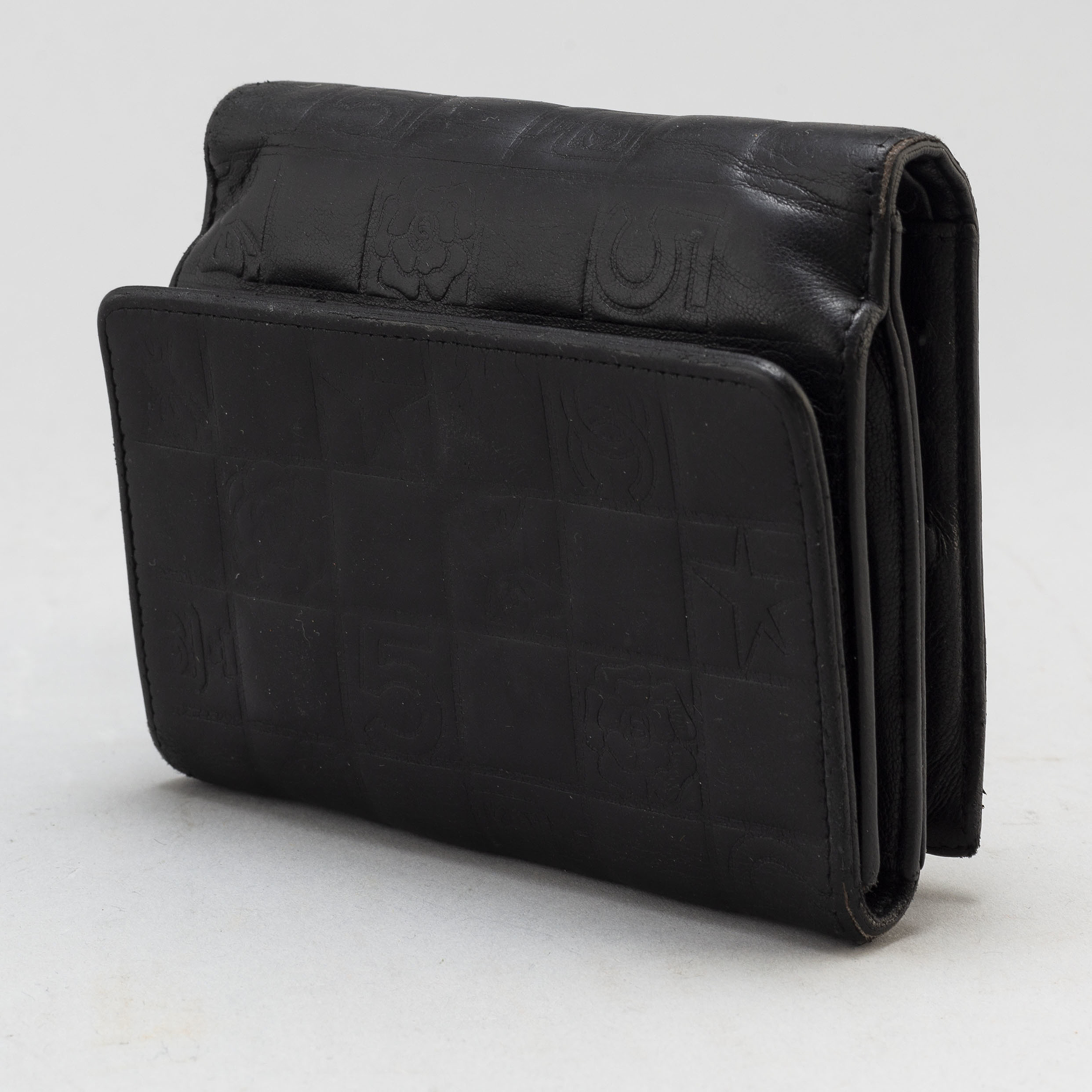 ee3e3ebc0a2 CHANEL, a black leather wallet. - Bukowskis