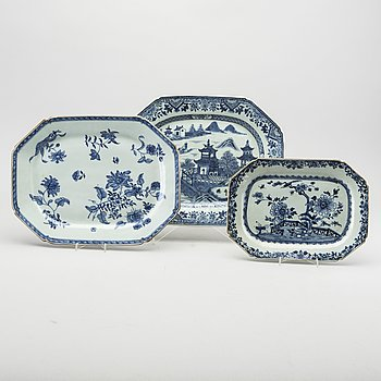 THREE CHINESE PORCELAIN SERVING PLATES, Chienlung, 18th century.