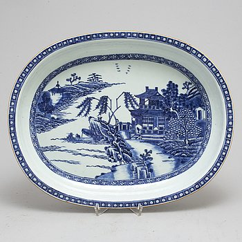 An 18th century Chinese Qing dynasty blue and white export porcelain serving dish,