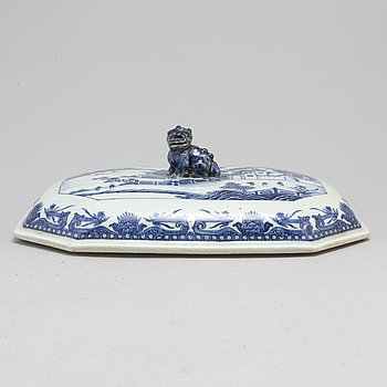 A blue and white cover for tauren, Qing dynasty, Qianlong (1736-95).