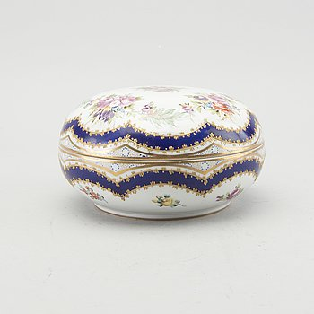 A Sèvres porcelain bowl whit cover 19th century.