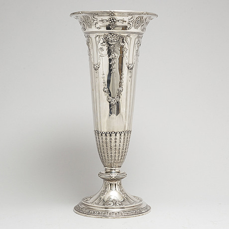 A silver vase, early 20th century.