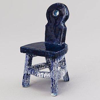 """HEINI RIITAHUHTA, miniatyrskulptur, """"Chair"""", porslin, signerad Heini Riitahuhta."""