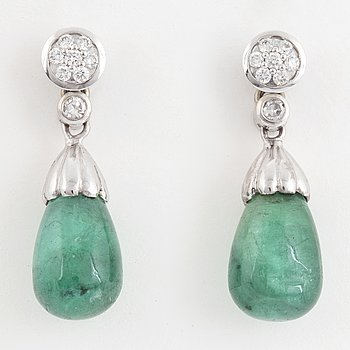 14K white gold with drop shaped emeralds and brilliant-cut diamonds.