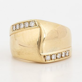 18K gold and brilliant-cut diamond ring.