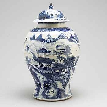 A blue and white export vase with cover, Qing dynasty, Qianlong (1736-95).