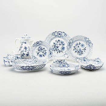 A German 43 pcs porcelain service 20th century.