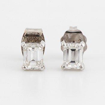 Ca 0,40 ct each emerald-cut diamond and platinum earrings.
