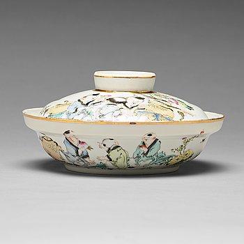 SKÅL med LOCK, porslin. Kina, 1900-tal. Signerad Ma Qingyun.