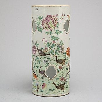 PERUKSTOCK/VAS, porslin. Qingdynastin, omkring 1900.
