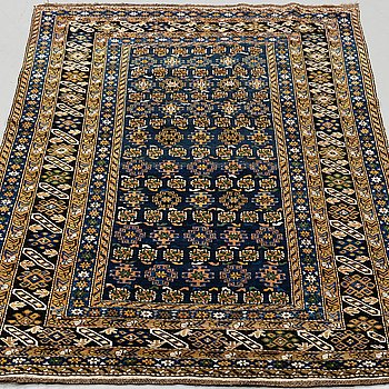 A RUG, a semi-antique/antique Shirvan, ca 194 x 122-128,5 cm (plus flat weave at the ends).