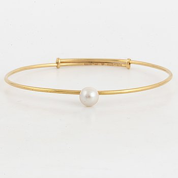 18K gold and pearl bangle.