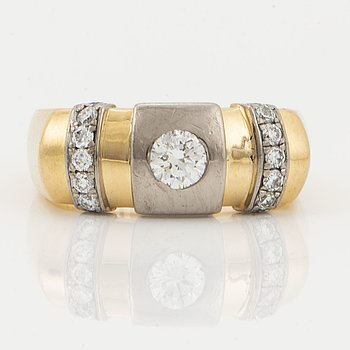 18K gold in two colours and brilljant-cut diamonds, total 0,58 ct.
