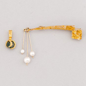 BROOCH and PENDANT, moss agate, cultured pearls, 14K gold. Lapponia 1966-75.