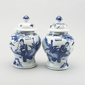 A PAIR OF CHINESE PORCELAIN  JAR WHIT COVER CA 1900.