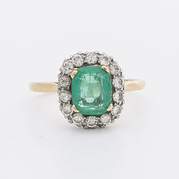 RING 14K gold and whitegold 1 emerald approx 8 x 6 mm and brilliant-cut diamonds approx 0,40 ct in total.