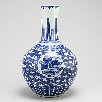 A large blue and white vase, Qing dynasty, late 19th century.