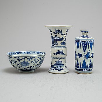 Two blue and white vases and bowl, Qing dynasty, Kangxi (1664-1722).