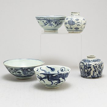 Three blue and white bowls and two jars, Ming dynasty (1368-1644).