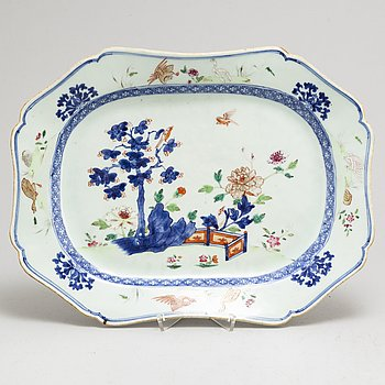 A famille rose and blue and white serving dish, Qing dynasty, Qianlong (1736-95).