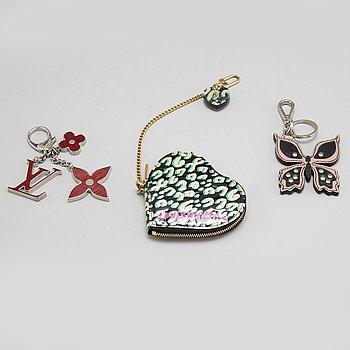 LOUIS VUITTON & PRADA, bag charm, nyckelring samt portmonnä, 3 delar.