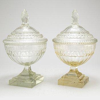 URNOR med LOCK, ett par, glas. England/Irland, omkring år 1800.