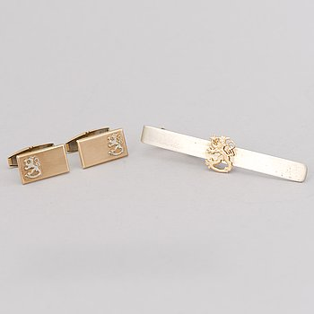 A PAIR OF CUFFLINKS and A TIEPIN, 14K gold and silver.