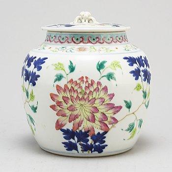 URNA med LOCK, porslin. Qingdynastin, 1800-tal.