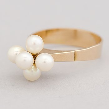 A RING, cultured pearls, 14K gold. Turun Hopea, Turku Finland 1967.