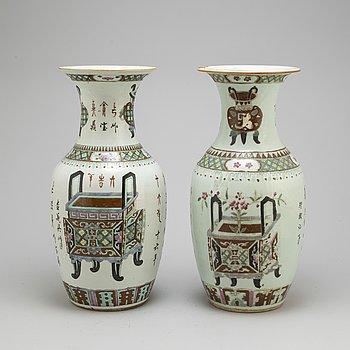 VASER, ett par, porslin, 1900-tal Kina.