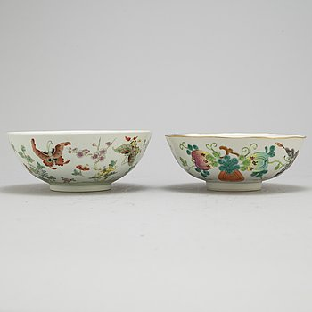 A set of two famille rose bowsl around year 1900.