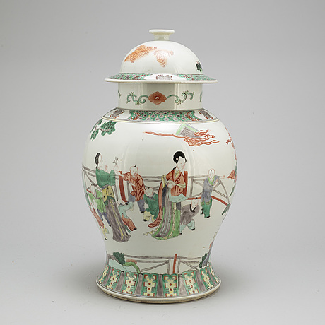 A famille verte urn with cover, 20 th century.