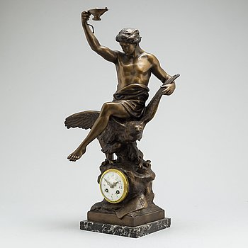 A Franch mantel clock, first half of the 20th century.