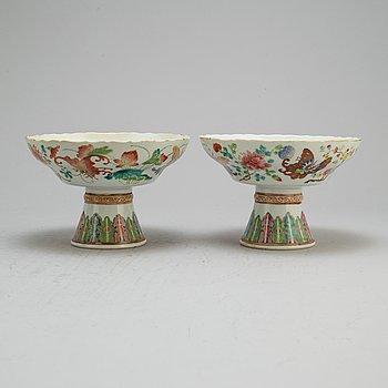 SKÅLAR på FOT, porslin. Qingdynastin, Kanton, 1800-tal.
