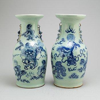 VASER, ett par, porslin. Qingdynastin, sent 1800-tal.