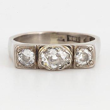 RING, trestensring med oval och runda briljantslipade diamanter.