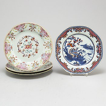 Four (3+1)  famille rose and blue and white export plates, Qing dynasty, Qianlong (1736-95).